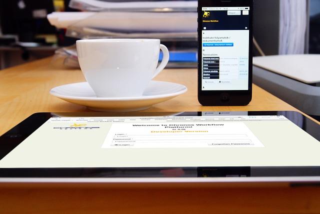 káva, mobil a tablet