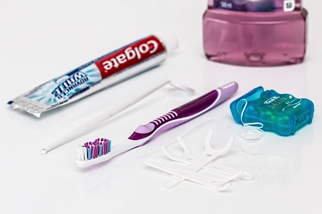 dentální nit, kartáček a pasta