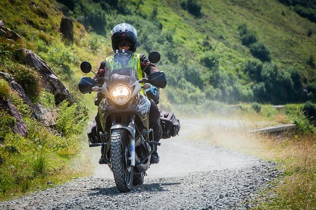 motorka na štěrkové cesstě